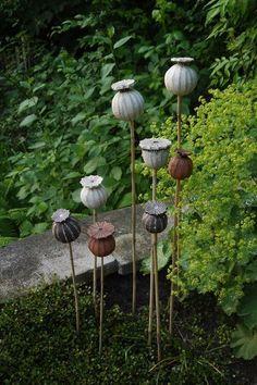 Poppy pods that blend in beautifully with the garden - look very natural - gartenstelen - Ceramic Flowers, Clay Flowers, Flower Pots, Garden Totems, Glass Garden, Small Backyard Landscaping, Backyard Designs, Garden Ornaments, Yard Art