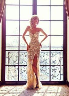 大胆なスリットが素敵♡女っぷりをあげるセクシーなウェディングドレス♡の画像