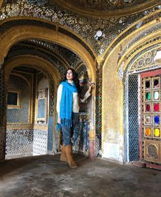 Young Indian actress Janhvi Kapoor in Rajasthan heritage haveli, in jeans, sweater and scarf. #actress #janhvikapoor #rajasthan #haveli #incredibleindia #jeans #scarf @ @femina on twitter via @sunjayjk Bollywood Celebrities, Bollywood Actress, New Mumbai, Pose For The Camera, Sushant Singh, Lifestyle News, Telugu Cinema, Incredible India, Hottest Models