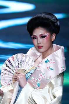China Fashion Week  Makeup by Mao Geping  MGPIN Make-up Styling Collection    Chinese Geisha makeup, pink eyes, white accents, fan.