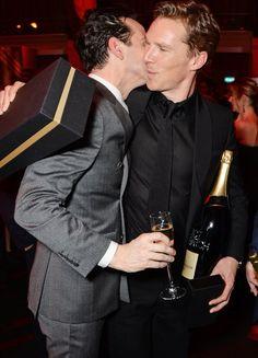 Pin for Later: Jeder will ein Stück von Benedict Cumberbatch abhaben  Sherlock Rivale Andrew Scott beglückwünschte Benedict mit ein paar Küsschen.