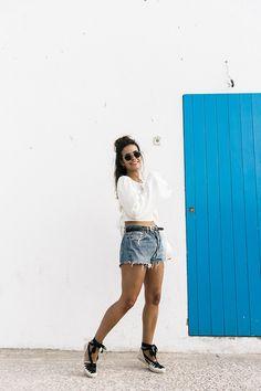Levis_Vintage-Shorts-Denim-Open_Back_Top-Castaner_Espadrilles-Outfit-Formentera-Summer_Look-4