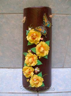 Teja decorada con papel y aplicaciones de cerámica en frío.