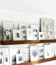 Molduras - Many frames on floating shelves - simple mono-color frames with layering Picture Frame Shelves, Frame Shelf, Wall Shelves, Picture Ledge, Shelves With Pictures, Photo Ledge, Framed Pictures, White Shelves, Shelving