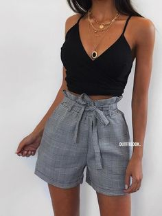 Fantastic Summer Outfits To Copy Now schwarzes bauchfreies top und graue shorts. Source by . Black Crop Top Outfit, Crop Top Outfits, Short Outfits, Trendy Outfits, Fashion Outfits, Black Outfits, Gray Shorts Outfit, Black Shorts Outfit Summer, Teenage Outfits