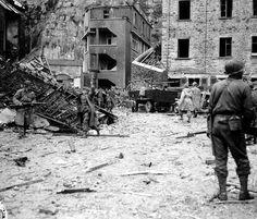 Dans les ruines de Cherbourg, au pied du Fort du Roule, un soldat allemand se rend à un soldat américain.