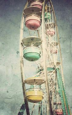 Retro Vintage Fairs should bring back the lovely vintage pastel Ferris wheels because I'm totally loving this one<<< and it looks safer - Pop Art Vintage, Photo Vintage, Vintage Soul, Vintage Vibes, Retro Vintage, Vintage Kitchen, Vintage Designs, Carrousel, Pretty Pastel