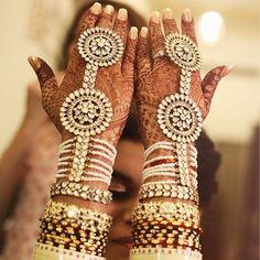 In love with Celebrity Stylist Shreya Juneja's kundan haath phool.  📷: siddharth pruthi photography zero gravity photography    #shreyhul #haathphool #kundan #weddingaccessories #accessories #bridal #bridegoals #bridalbeauty #bridaljewelry #weddingjewelry #jewelry #weddingsutra #wedding #indianwedding #jewelrylove #bigfatindianwedding