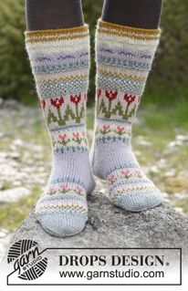 Knitted socks with multi-coloured Norwegian pattern. Sizes 35 - The piece is worked in DROPS Karisma. Free knitting pattern by DROPS Design. Knitting Charts, Knitting Patterns Free, Free Knitting, Crochet Patterns, Crochet Tutorials, Free Pattern, Drops Design, Crochet Socks, Knitting Socks