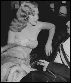 """1949 / Marilyn et Groucho MARX lors du tournage de """"Love happy"""", où elle fait une apparition furtive mais très glamour et remarquée ; Les récits des débuts de Marilyn à Hollywood sont si nombreux et si divergents qu'on ne peut connaitre avec certitude les circonstances exactes de sa rencontre avec les MARX Brothers. Le tournage eut lieu début 1949, mais des problèmes financiers repoussèrent la sortie du film à l'année suivante. Marilyn obtint une audition avec le producteur Lester COWAN par…"""