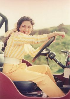 Love her smile Bollywood Outfits, Bollywood Actors, Bollywood Fashion, Pretty And Cute, Pretty Face, Juhi Chawla, Vintage Picnic, Ankle Jewelry, Vintage Bollywood