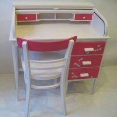 small in beautiful! Desk for a little girl who likes flowers kinderbureau van Mimi en Co #kinderbureau #kindermeubelen #kinderkamers