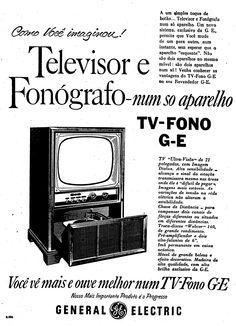 """""""Agora, a um simples toque de botão…Televisor e Fonógrafo num só aparelho: o TV-Fono G-E – televisor e fonógrafo num só aparelho. Note bem: não são dois aparelhos instalados num móvel só… mas, dois aparelhos conjugados em um! Basta calcar o botão para passar de TV para Fono e vice-versa – não é preciso esperar que o aparelho esquente! """"  7 de junho de 1957. http://blogs.estadao.com.br/reclames-do-estadao/2011/01/21/televisor-e-fonografo/"""
