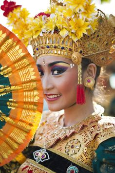 A very beautiful Balinese Legong Dancer. How To Feel Beautiful, Beautiful People, Bali Girls, Indonesian Art, Artistic Photography, People Around The World, World Cultures, Headdress, Traditional Dresses