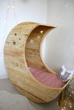 Seriously, coolest kid bed I've ever seen. orrrr a reading nook pour moi! Berceau Lune - Creme Anglaise