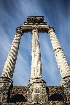 Diário de Roma Templo de Castor e Pólux. Estas tres grandes columnas pertencían ó templo de Cástor e Pólux. Construído no 484 a.C. conmemoraba a victoria dos  romanos contra os latinos na batalla do lago Regi lo, anunciada por estes dous heroes divinizados. En cada aniversario  desta data, cinco mil cabaleiros ían en procesión ata ese lugar