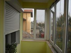 Rulouri exterioare din aluminiu pentru ferestre in interiorul balconului. Solutie de umbrire foarte eficienta cu rulouri exterioare. TOP plus Design Exterior, Windows, Projects, Design, Log Projects, Blue Prints, Outdoor Rooms, Ramen