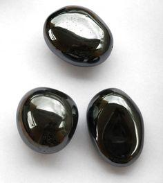 La pierre hématite en magie et rituels magiques    L'hématite est une puissante pierre noire, son nom signifie « sang », cette pierre est un double sym