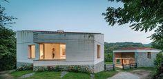 El proyecto de PYO arquitectos, la Casa TMOLO, destaca por una generosa escalera de metal da acceso a las diferentes estancias de la casa.