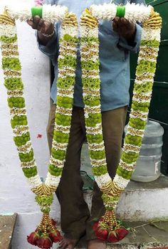 36 Ideas For Simple Bridal Bouquet Summer Pink Indian Wedding Flowers, Flower Garland Wedding, Vintage Wedding Flowers, Spring Wedding Flowers, Floral Garland, Flower Garlands, Wildflowers Wedding, Wedding Garlands, Indian Bridal