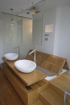 un gain de place astucieux, un sol de douche escamotable pour avoir une grande baignoire... il faut juste une bonne hauteur sous plafond!