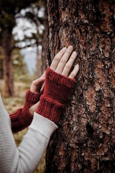 Knit these fingerless gloves with this easy knitting pattern by Darling Jadore for The Oakridge Gloves, which are a great fall accessory! Knitted Mittens Pattern, Knit Mittens, Sweater Knitting Patterns, Crochet Patterns, Lace Knitting, Beginner Knitting Patterns, Knitting For Beginners, Ravelry, Double Pointed Knitting Needles