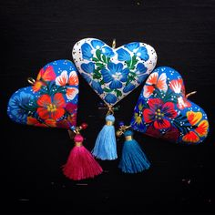 Corazones tallados y pintados a mano - Azul Maya Joyeria