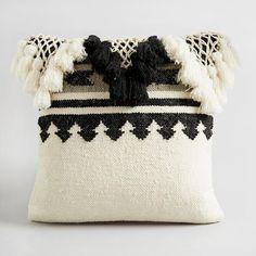 Housse de coussin Tamako AM.PM : prix, avis & notation, livraison. Inspiration ethnique, la housse de coussin motif navajo.80 % laine, 10 % coton, 10 % autres fibres. Finition macramé et pompons.Dim. 45 x 45 cm.Coussins de garnissage sur notre site.