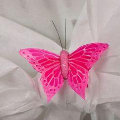 Très jolis papillons en plumes de taille moyenne à coller pour parfaire votre décoration de fête. Parfaits pour décorer un rond de serviette, un marque place, un menu ou encore un centre de table.