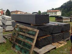 I materiali di sostegno della futura vigna: Pali in acciaio interfila, Pali in cemento per le testate.