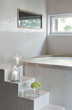 Italiasta tilatulle poreammeelle on varattu oma huone saunan vierestä. Laatoitetut portaat ja Minnan tuomat kauniin yksinkertaiset sisustuselementit lisäävät kylpylätunnelmaa.