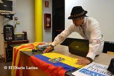 """El actor y periodista ecuatoriano Amaruk Kayshapanta coloca la bandera de Ecuador minutos antes de la actividad en donde fue uno de los principales expositores. Este fin de semana se desarrolló en el Centro Cívico La Bóbila en L´Hospitalet, la Tercera Edición del Taller """"Una reflexión contra la violencia de género"""" y que reunió a destacados expertos de diversas áreas que hablaron sobre esta problemática."""