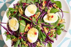 Salat med rødkål, valnøtter og sennepsvinagrette er en salat som vil få deg til å tenke på jul og gi deg inspirasjon som du kan ta med deg på juleshopping og familiebesøk. Tilsett gjerne spekeskink...