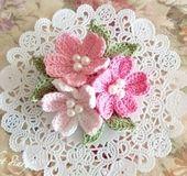 日本人にとって春の花の中でも特別な存在となっているサクラ。 地域によっては新年度が始まる3月~4月に開花することから、 人生の転機を彩る花にもなっているようです。  一つは持っていたい桜のコサージュ* 一足早く販売いたします♪  愛らしいピンク系レース糸で仕上げ、 お花の中芯にはパールビーズをあしらい、 上品かつ乙女ガーリーに仕上げました♪  サイズ:全体約7㎝くらい ブローチピン約2〜2.5㎝ クリップ約4〜4.5㎝  ブローチピンとクリップが付いた2way...