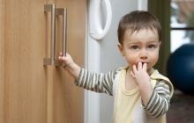 A new study by Harvard researchers provides disturbing evidence that children's exposure to household insecticides is linked to higher risks of childhood leukemia and lymphoma, the most common cancers in children. Toddler Proofing, Eye Safety, Safety Tips, Childhood Cancer, Childproofing, Green Life, Kids Health, Child Safety, Health And Wellbeing