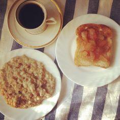 Завтрак: овсянка, тост с яблочным вареньем и кофе