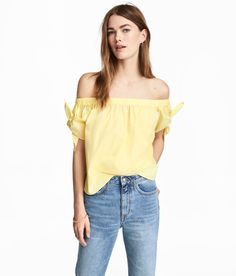 Light yellow. Slightly shorter, off-the-shoulder blouse in cotton poplin. Elastication at upper edge and short sleeves with ties. Rounded hem.
