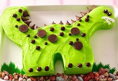 Tarta de dinosaurio. Se han utilizado dos bizcochos redondos.