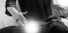Reconnective Healing blev startskudet til… Et vendepunkt – under overfladen. Da jeg lagde mig på briksen i maj 2011 for at få en Reconnective Healing® og The Reconnection®, havde jeg ingen ide om, hvor afgørende en effekt det ville få på mit liv. Ikke mindst indeni. En effekt der oplevedes stille og roligt undervejs, men nu bagefter ser ud som et større jordskælv. Et vendepunkt.
