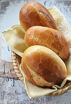 Bułki, które rosną nocą #GRYZ #MagazynGRYZ Easy Cooking, Cooking Recipes, Homemade Dinner Rolls, Good Food, Yummy Food, Polish Recipes, Bread Rolls, Bread Baking, My Favorite Food