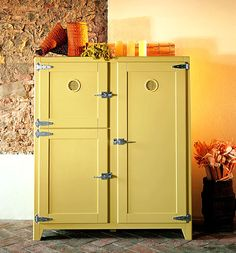 I am looking for a vintage refrigerator (like this one) built with modern technology & efficiency. Vintage refrigerator – Revisit to retro aesthetic era Vintage Fridge, Vintage Refrigerator, Retro Fridge, Vintage Kitchen, 1950s Kitchen, Updated Kitchen, Kitchen Art, Modern Refrigerators, Vintage Appliances