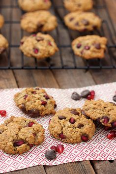Pomegranate Chocolate Chip Oatmeal Cookies (Gluten-Free and Vegan) // www.tasty-yummies.com