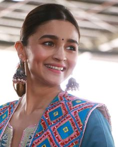 In just a few years, Alia Bhatt has earned great success and made established herself in cinema. Bollywood Photos, Bollywood Stars, Bollywood Fashion, Bollywood Actress, Alia Bhatt Varun Dhawan, Aalia Bhatt, Alia Bhatt Cute, Glamour World, Most Beautiful Indian Actress