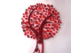 arbol de corazones hechas con la técnica de filigrana