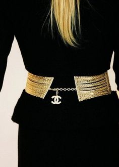 Black and gold, Chanel. Always a classic Coco Chanel, Chanel Black, Chanel Men, Chanel Fashion, Fashion Beauty, Womens Fashion, Chanel Style, High Fashion, French Fashion