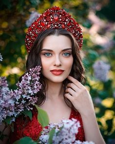 La imagen puede contener: 1 persona, flor y primer plano Russian Beauty, Russian Fashion, Turkish Fashion, Beautiful Girl Image, Beautiful Eyes, Cute Valentines Day Outfits, Portrait Photography, Fashion Photography, Floral Headdress
