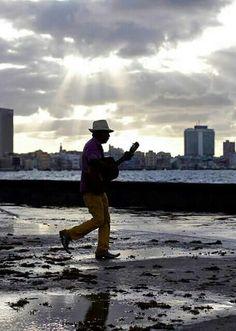 Llueva truene el trovador siempre cantando esta La Habana