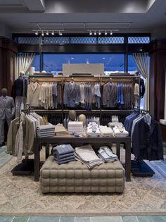Витрина бутика мужской одежды Joseph Abboud в Нью-Йорке