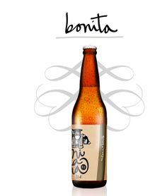 MILANA BONITA Cerveza de alta fermentación, estilo PALE ALE, elaborada con tres variedades de malta y cinco de lúpulo. Sin filtrar ni pasteurizar. Producto natural que puede contener sedimentos. Recomendamos no servirlos. Ingredientes: Agua, malta de cebada, avena, lúpulo (bobek, centennial, cascade, amarillo/citra y southern cross) y levadura. http://www.cervezamilana.com/