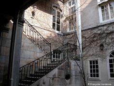 Cour intérieure rue Renan. Demeure du 18ème siècle et grand escalier Louis XV. – à Besançon.
